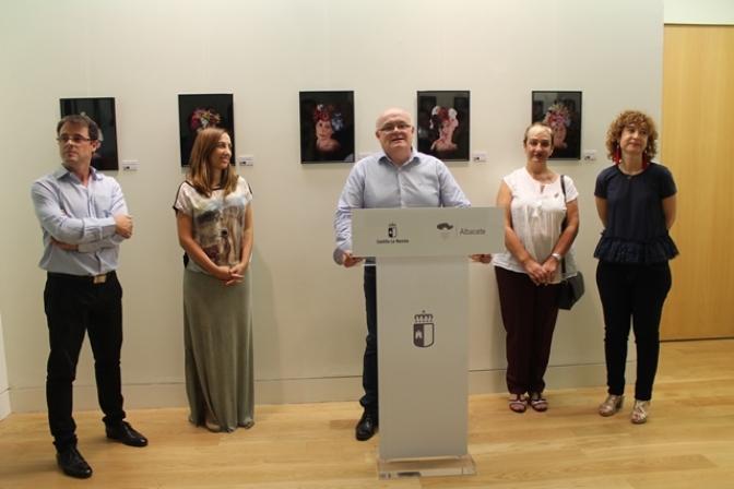 La Casa Perona acoge una exposición fotográfica 'Fuerza y Vida' de 44 mujeres del calendario de AMAC