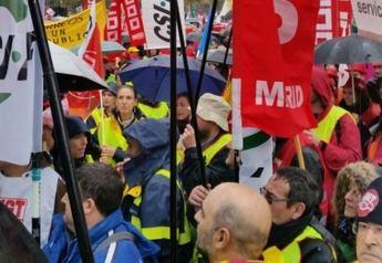 Unos 400 empleados de Correos de la región se manifiestan en Madrid contra los recortes