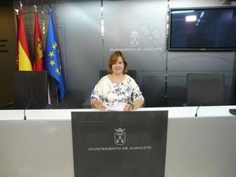La concejal de Acción Social, Eva Navarro, anuncia que el equipo de gobierno municipal abrirá los comedores escolares este verano