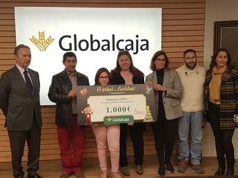 """Globalcaja entrega a APACU el premio del concurso fotográfico """"El árbol de las sonrisas"""""""