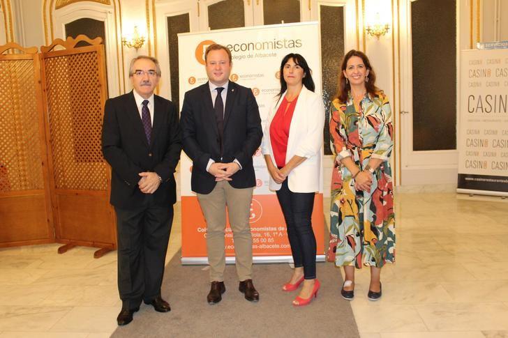 El alcalde de Albacete destaca el papel de los economistas para analizar la realidad