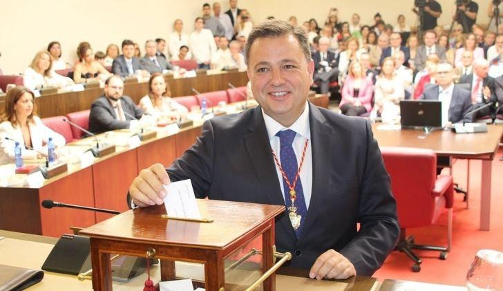 El PP quiere aprovechar el 'tirón' del exalcalde de Albacete Manuel Serrano y lo pone el 2 en la lista al congreso