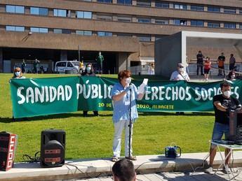Una cadena humana 'abraza' el Hospital de Albacete en defensa de Sanidad Pública