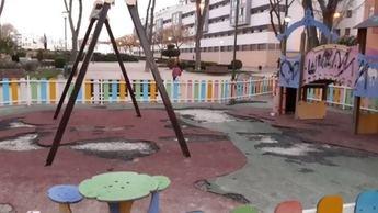 Los vecinos que viven junto al 'Puente de Madera' se quejan del pésimo estado del parque infantil