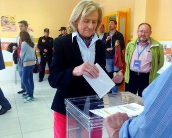 La alcaldesa Carmen Bayod también ejerció pronto su derecho al voto