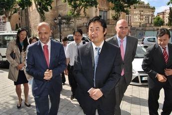 Los concejales del equipo de gobierno  reciben a los representantes de la ciudad china de Nanchang