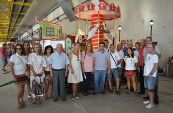 Las carrozas de la cabalgata de la Feria 2014 del día 7 están preparadas para el desfile