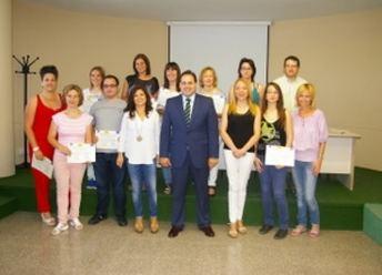 Alcalde de Almansa entrega los diplomas del curso de gestión de microempresas