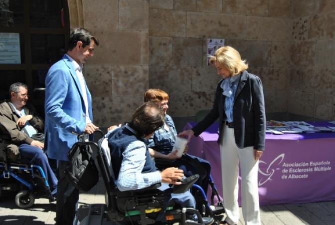 La cuestación del Día de la Esclerosis Múltiple contó con la presencia de varios políticos de la ciudad