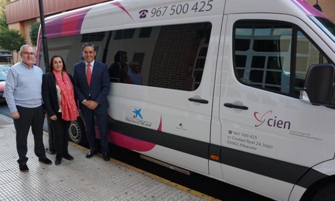 """Obra Social """"La Caixa"""" colabora con la asociación de esclerosis múltiple de Albacete con 10.000 euros"""