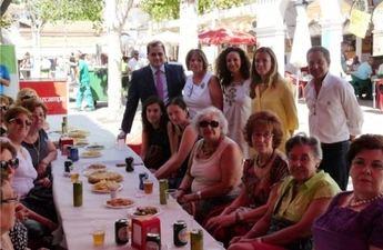 El presidente de la Diputación visita el stand ferial de la Asociación de Amas de Casa y Consumidores Los Llanos
