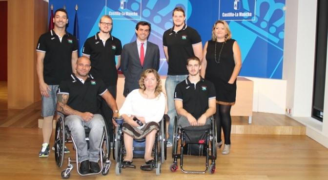 El equipo de baloncesto en silla de ruedas de AMIAB es recibido por el delegado de la Junta