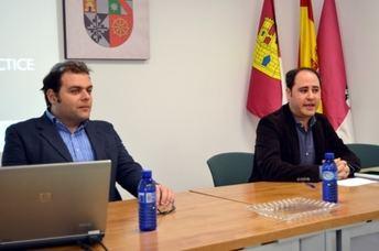 Un profesor de la Universidad de Parthenope de Nápoles imparte una charla en la Facultad de Derecho y Ciencias Sociales