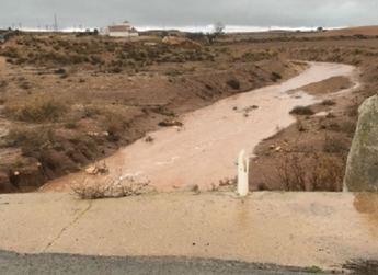 Almansa suspende clases y cierra parques por las fuertes lluvias y preocupa el nivel del pantano