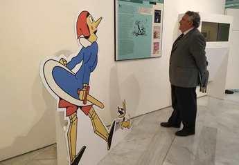 Luis Miguel Atiénzar visita la exposición sobre la censura de obras de la literatura infantil y juvenil