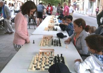 El ajedrez tomó el Paseo de Ramón y Cajal en las III Jornadas del Deporte de La Roda