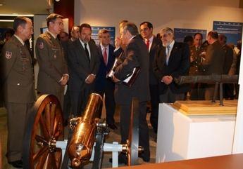 Labrador visita la exposición 'No solo cañones! 250 años de innovación en materiales de artillería'