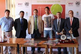 Quino Muñoz, doble campeón del mundo de veteranos, y varios jóvenes tenistas extranjeros, en el 'Ciudad de Albacete'