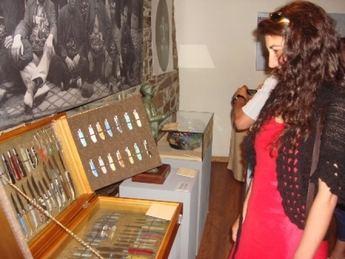 """Taramundi acoge la exposición """"Colecciones del Museo Municipal de la Cuchillería de Albacete""""."""