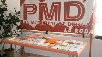 Mesa informativa del Plan Municipal de Drogas de La Roda en la Casa de la Cultura