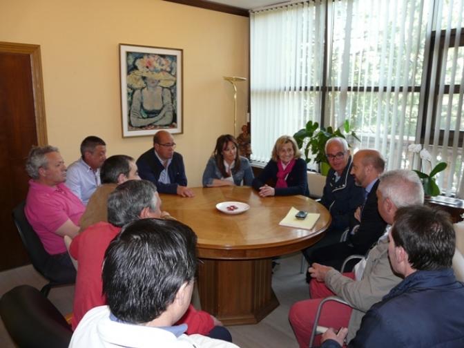 La alcaldesa asegura a los trabajadores de la limpieza que no se verán afectados por el nuevo pliego