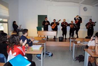 La tuna de Derecho de Albacete realiza un 'pasaclases' en el Campus