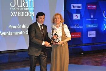 Carmen Bayod recoge el premio otorgado al Ayuntamiento de Albacete en los XV Premios Empresariales San Juan 2014