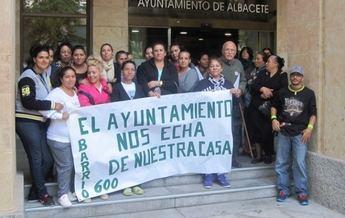 """""""El Ayuntamiento nos echa de nuestras casas"""" denuncian los vecinos de la Milagrosa y la Estrella junto a Stop Desahucios"""