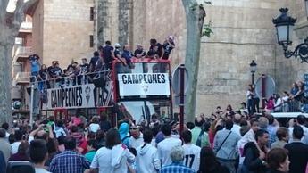 Los jugadores del Albacete celebran con sus aficionados el ascenso a Segunda. (I Galería de imágenes)