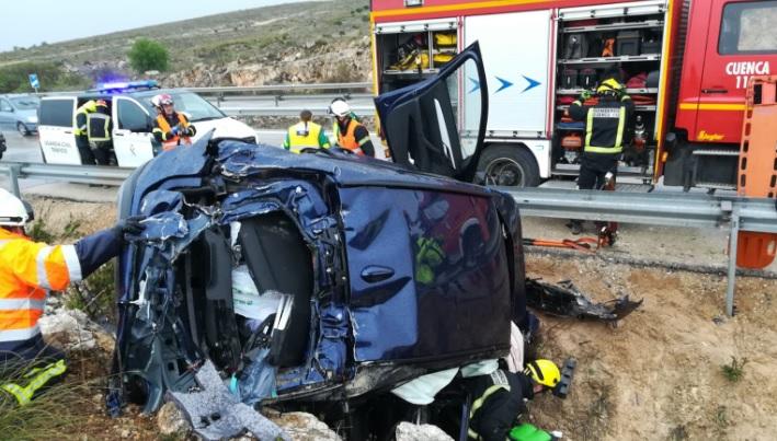 Rescatan a cinco miembros de una familia de un coche accidentado en Sisante (Cuenca)