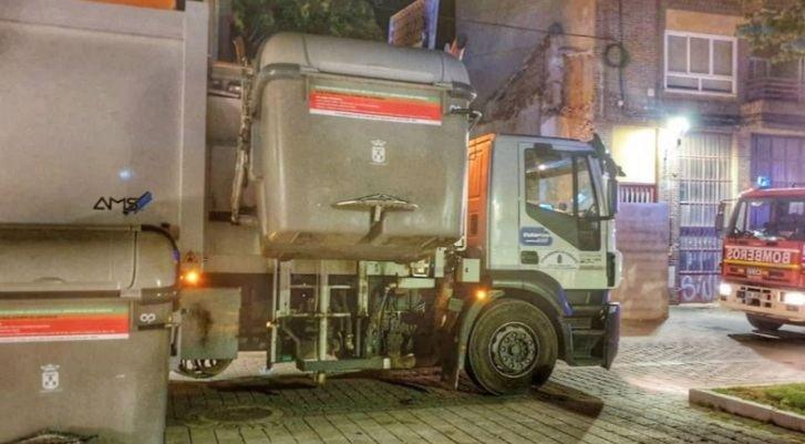Un hombre es trasladado al hospital de Albacete tras caer a un camión de basura desde un contenedor