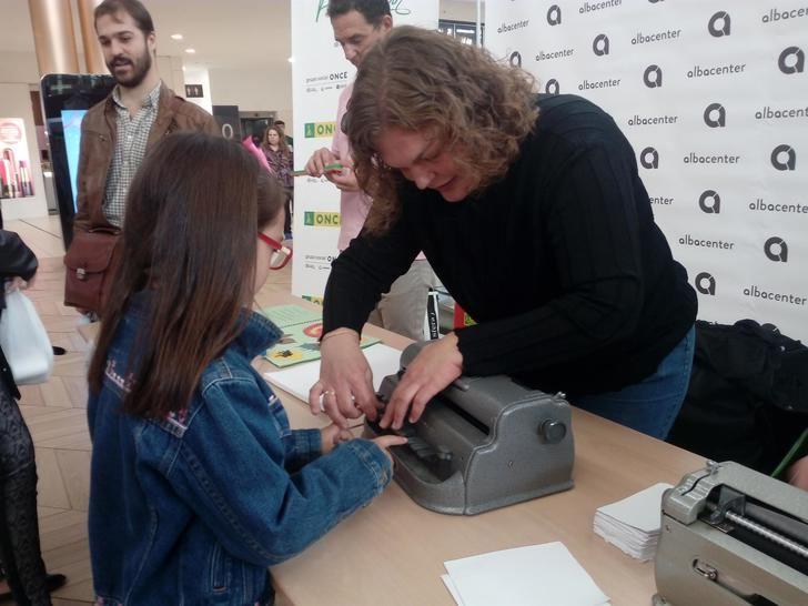 """El centro comercial Albacenter acogió el pasado sábado el taller """"Pon tu nombre en braille"""" de la ONCE"""