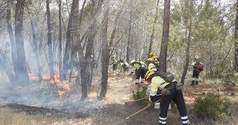 Los bomberos trabajando en el incendio de Barchín.