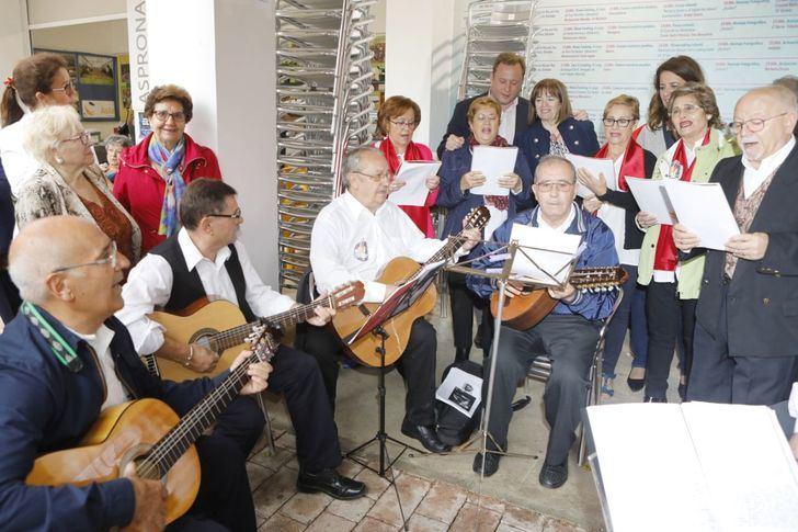 Vicente Casañ acompaña a la asociación de Mujeres, Usuarios y Consumidores en su tradicional encuentro ferial