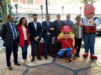 Las instituciones de Albacete se suman al 'Día de la Banderita' de Cruz Roja en favor de la infancia