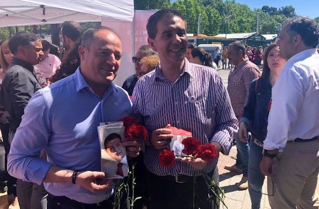 Emilio Sáez (PSOE) participó en una mesa informativa de su partido en 'Los Invasores' de Albacete