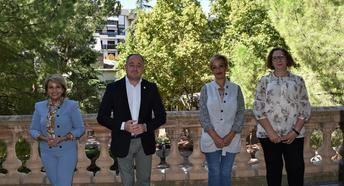 El Ayuntamiento de Albacete se iluminará de rosa el 19 de octubre en apoyo a las mujeres que padecen cáncer de mama