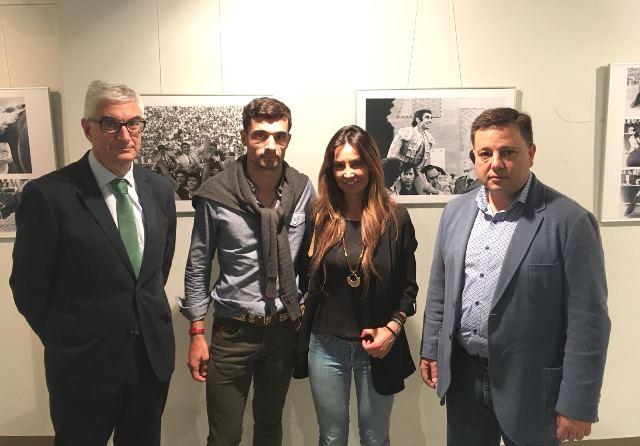 El alcalde de Albacete visita la exposición-homenaje a Dámaso González en la plaza de toros de 'Las Ventas'