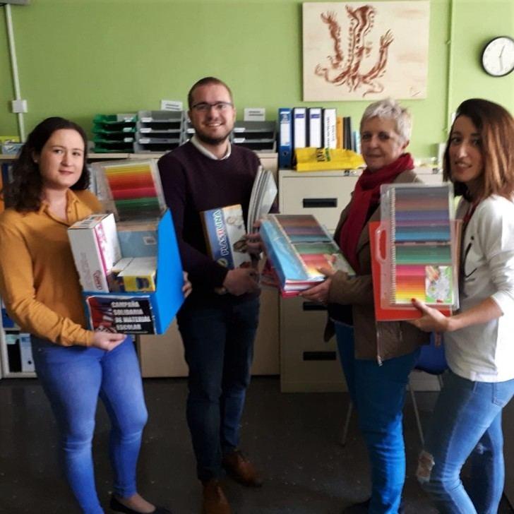 Juventudes Socialistas de Albacete entrega al Colegio 'La Paz' el material escolar recogido en su campaña solidaria