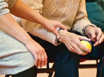 700 personas de la provincia de Albacete reciben el servicio de ayuda a domicilio de manera presencial
