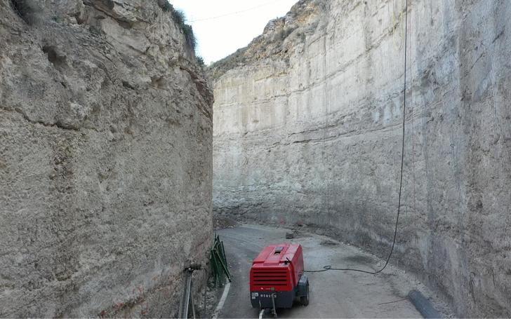 Reapertura al tráfico de la CM-3201 en Alcalá del Júcar tras un desprendimiento de rocas