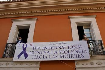 La Casa Perona de Albacete instala en su fachada una pancarta de sensibilización contra la violencia de género