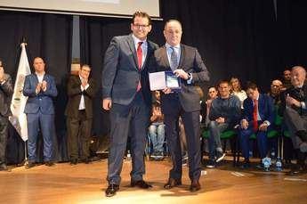 El Ayuntamiento de Casas de Fernando Alonso distingue a Emilio Sáez por su trayectoria deportiva