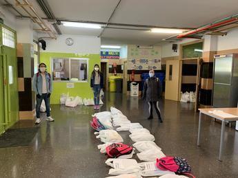 El colegio La Paz de Albacete entrega material escolar al alumnado en colaboración con las Hijas de la Caridad y Fundación Atenea