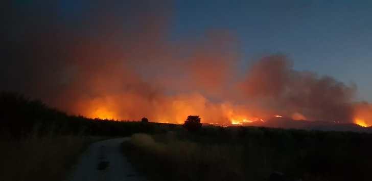 El fuego de Liétor ha arrasado unas 1.000 hectáreas y la UME se incorporará a las labores de extinción