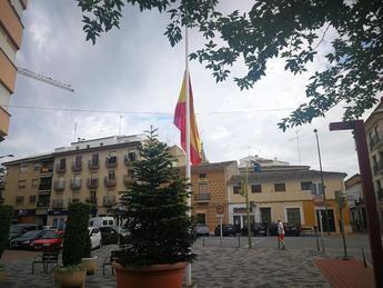La Roda mantiene las banderas a media asta en señal del luto nacional