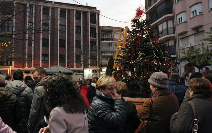 La asociación Mentes Abiertas de La Roda se encargó de decorar el árbol de Navidad en la Miliaria