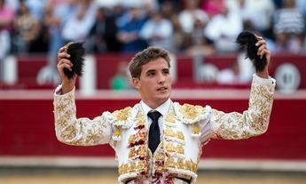 Toros. El hellinero Diego Carretero revoluciona la Feria de Albacete y sale a hombros