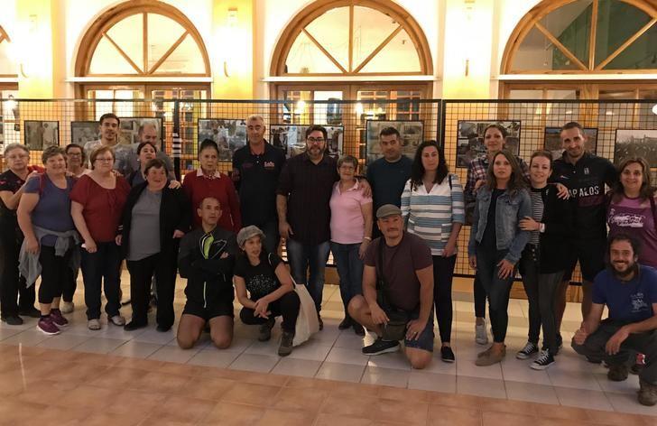 Elche de la Sierra acoge una exposición solidaria contra el cáncer