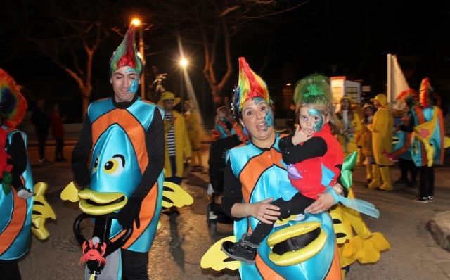 Cerca de un millar de máscaras participan en el desfile inaugural del carnaval de La Roda